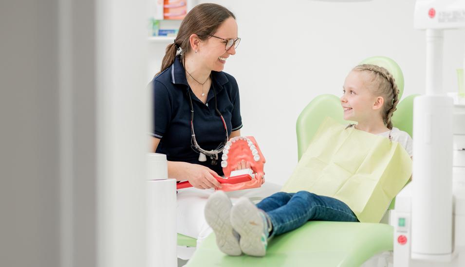 Zahnärztin Dr. Anita Maćków mit Mädchen auf Behandlungsstuhl